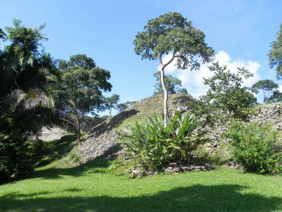 Lubaantun | Pyramide an der Plaza des Heiligen Altars (2011) | © Karibik Inside