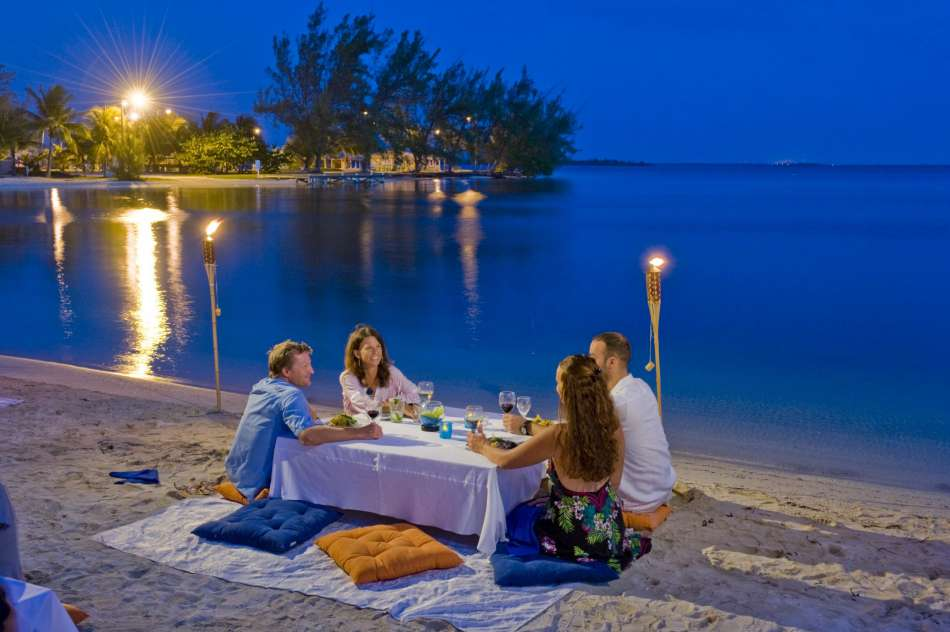 Cayman Islands | Romantischer Abend am Strand Rum Point auf Grand Cayman | © Cayman Islands Department of Tourism
